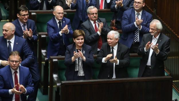 Premierministerin Szydlo und Fraktionsmitglieder applaudieren im Parlament.