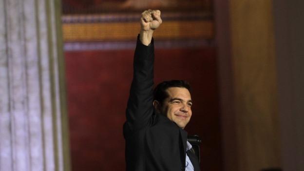 Alexis Tsipras reckt die Faust nach oben.