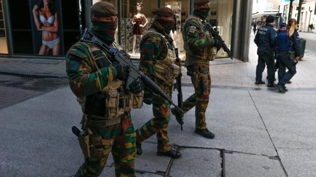 Soldaten und Polizisten patrouillieren in Brüssels Innenstadt.