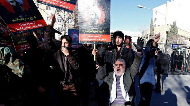 Iranische Demonstranten halten Plakate des schiitischen Geistlichen Nimr al-Nimr während einer Demonstration in der Nähe des saudi-arabischen Botschaft in Teheran.