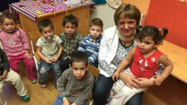 Die Kindergärtnerin in Tarnabod, umringt von Roma-Kindern.
