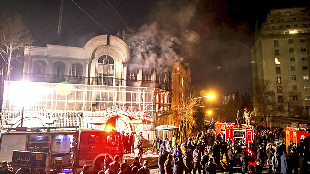 Rauch und Flammen steigen aus der saudischen Botschaft in Teheran.