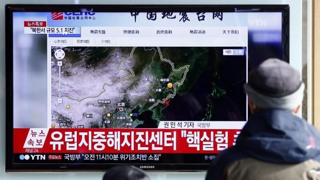 Südkoreaner schauen die Fernsehennachrichten über den Wasserstossbombentest.