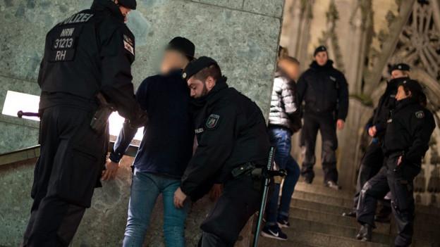 Die Polizei untersucht Verdächtige beim Kölner Hauptbahnhof