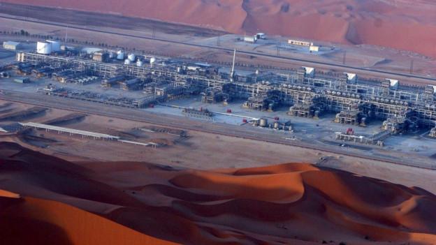 Luftaufnahme einer grosse Ölförderungsanlage in Saudi-Arabien.