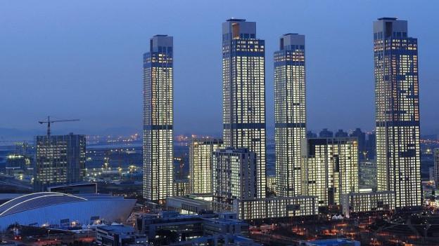Das Bild zeigt ein Wohnkomplex bestehend aus sechs Gebäuden mit insgesamt 1'600 Wohnungen in der südkoreanischen Planstadt Songdo nahe der Stadt Seoul.
