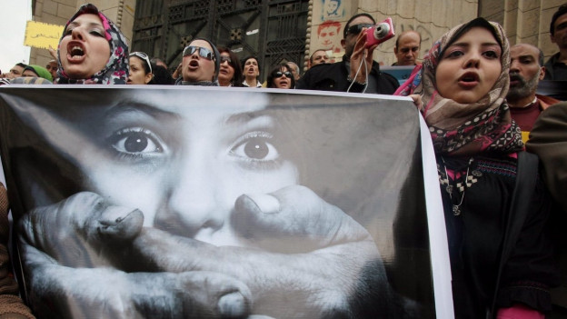 Eine Gruppe von Frauen demonstrieren auf den Strassen Kairos, Ägypten für mehr Rechte.