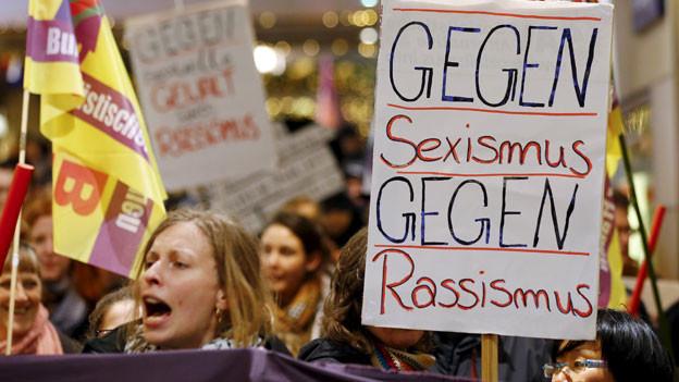 Nach den Übergriffen in Köln protestieren Frauen gegen Sexismus.