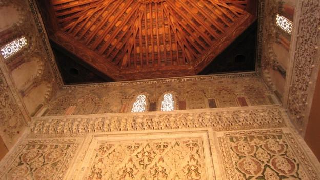 Ansicht des reich verzierten Innenraums der Synagoge von Toledo