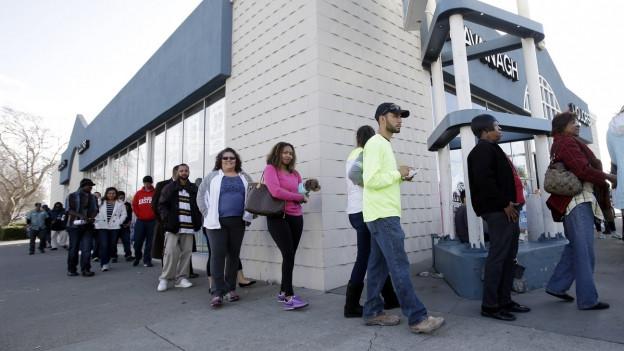 Vor einer Lottoannahmestelle stehen Amerikaner an