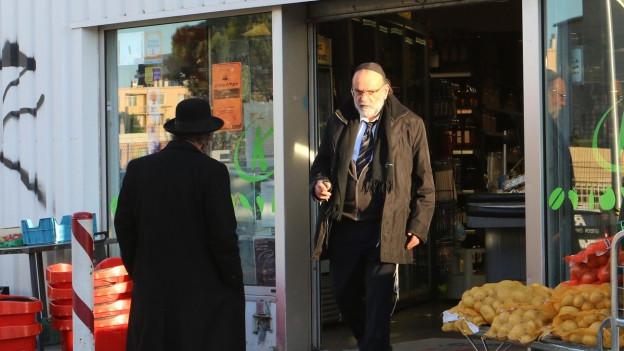 Ein Jude mit Kopfdeckung verlässt ein Geschäft in Marseille