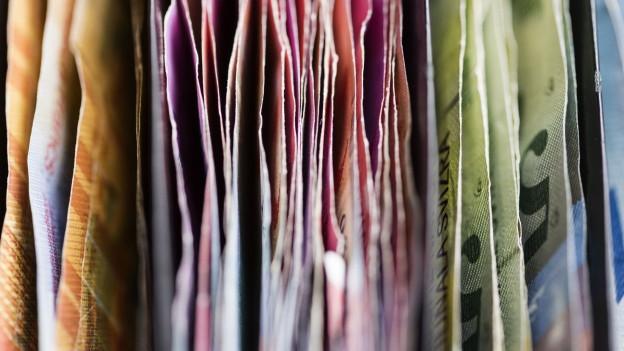 Auf dem Bild sind Schweizer Banknoten zu sehen.
