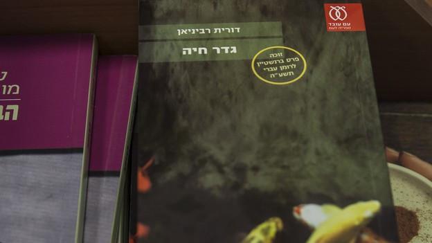 Das Buch «Gader Haya» der Autorin Dorit Rabinyan in einem israelischen Buchladen