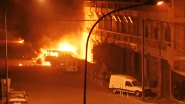 Zu sehen sind Szenen vor dem von Terroristen angegriffenen Luxushotel «Splendid» in Ouagadougou.