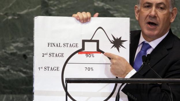 Das Bild zeigt Ministerpräsident Benjamin Netanjahu 2012 mit einem grossen Cartoon einer Bombe, die auf das Vorkommen von Uran in Iran anspielt.