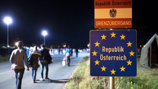 Flüchtlinge überqueren die Grenze zu Österreich.
