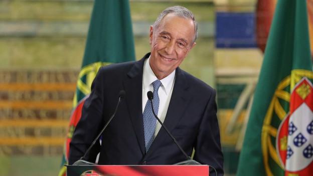 Zu sehen ist der neugewählte portugiesische Präsident Rebelo de Sousa, der am Wahlabend vor Anhängern und Medienleuten spricht.