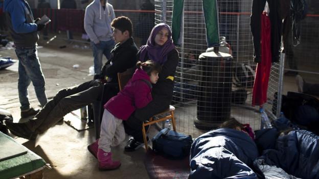 Flüchtlinge warten in einem Registrierungszentrum auf der Insel Chios.
