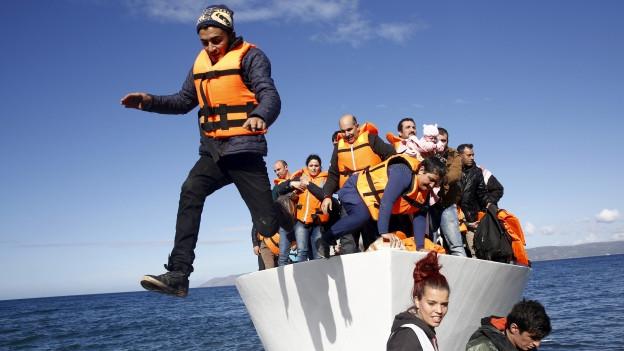 Zu sehen sind Bootsflüchtlinge bei ihrer Ankunft auf der griechischen Insel Lesbos.