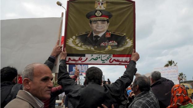 Zu sehen sind Anhänger des ägyptischen Machthabers Abdel Fattah Al-Sissi in Alexandria.