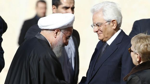 Zu sehen ist der italienische Präsident Mattarella (rechts), der den iranischen Präsidenten Rohani in Rom empfängt.