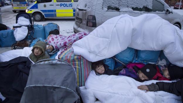 In der Nähe von Stockholm schlafen syrische Kinder auf der Strasse.