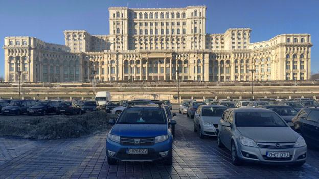Der Traum eines Wahnsinnigen: der Palast mit über 5000 Zimmern, Hallen und Sälen, den Rumäniens Diktator Nicolae Ceaucescu bauen liess, ist heute  der Sitz des Parlaments.