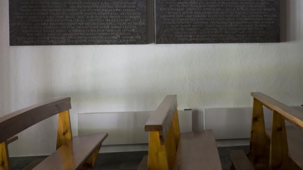 Leere Bänke in einer Kapelle im Saastal.