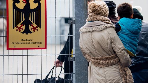 Asylbewerber vor einem Büro des Bundesamts für Migration in Braunschweig.