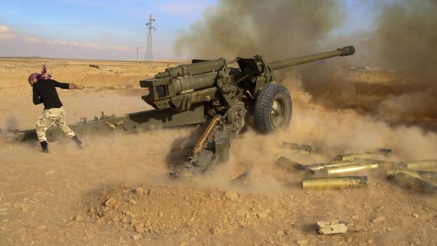 Ein Soldat der syrischen Regierungstruppen feuert auf IS-Stellungen.