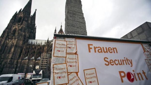 Ein Sicherheitspunkt für Frauen vor dem Kölner Dom.