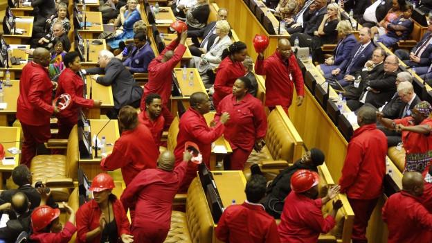 Die Linkspartei EFF protestiert im südafrikanischen Parlament.
