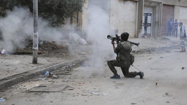Ein libyscher Soldat feuert gegen islamische Extremisten.