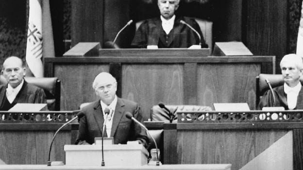 Das Bild zeigt den südafrikanischen Präsidenten und weitere Politiker vor 25 Jahren im Parlament in Kapstadt.