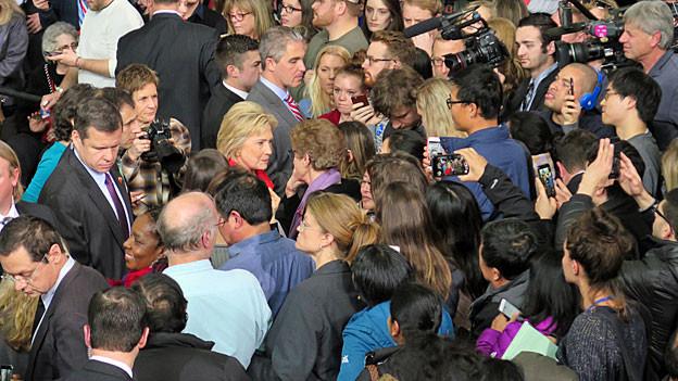 Hillary Clinton nimmt ein Bad in der Menge.