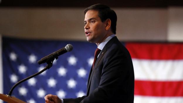 Der republikanische Kandidat Marco Rubio an einem Rednerpult, im Hintergrund hängt eine US-Flagge.