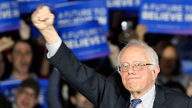 Der demokratische Präsidentschaftskandidat Bernie Sanders mit erhobener Faust.