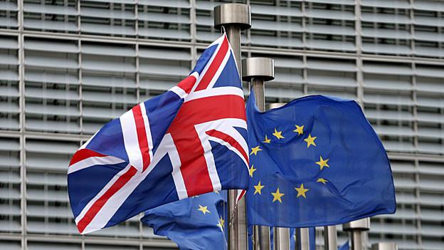 Eine britische und eine EU-Flagge flattern in Brüssel.