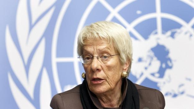 Carla del Ponte an einer Pressekonferenz der UNO