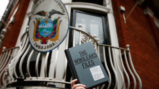 Ein Anhänger von WikiLeaks-Gründer Julian Assange hält eine Kopie der WikiLeaks-Dateien ausserhalb der ecuadorianischen Botschaft im Zentrum von London.