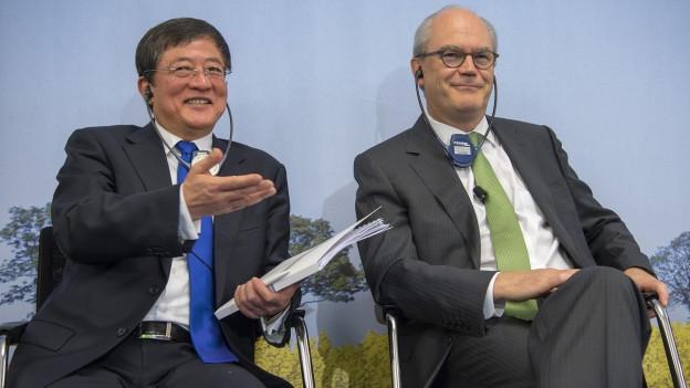 Auf dem Bild sieht man den ChemChina-Chef Ren Jianxin und den Verwaltungsratspräsidenten der Syngenta Michel Demaré