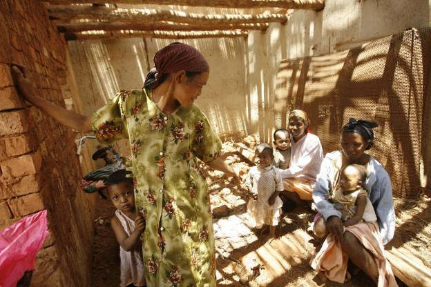 Warten auf die medizinische Behandlung in einer Dorfklinik in Antanetikely in Madagaskar.