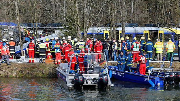 Verletzte werden in Booten von der Unglücksstelle wegtransportiert.