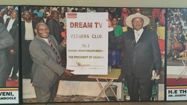 «Apostel» Joseph Serwada, Vorsitzender der Siegeskirche der wiedergeborenen Christen, kämpft für die Wiederwahl von Präsident Yoweri Museveni.