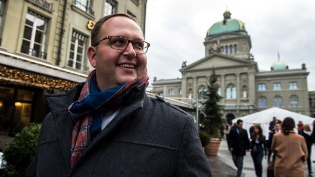 Norman Gobbi spaziert durch Bern. Im Hintergrund sieht man das Bundeshaus.