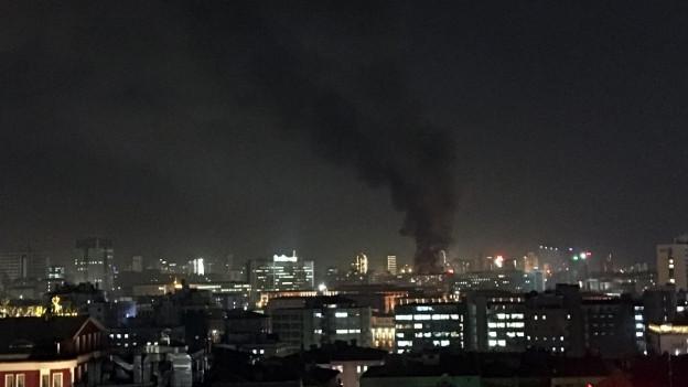 Schwarzer Rauch steigt in den erleuchteten Nachthimmel über Ankara.