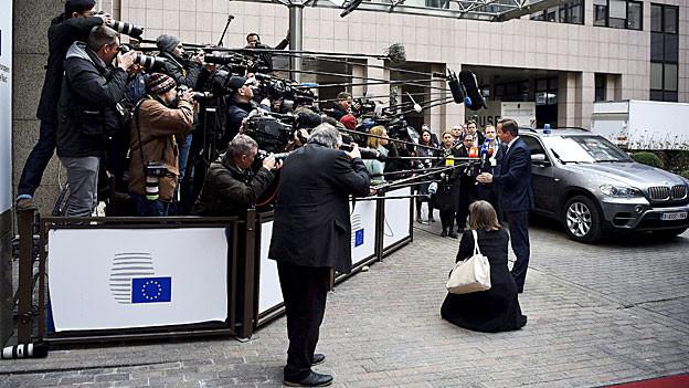 Medienschaffende verfolgen die Ankunft der EU-Regierungschefs.