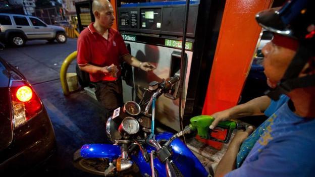 Motorradfahrer an einer Tankstelle in Caracas