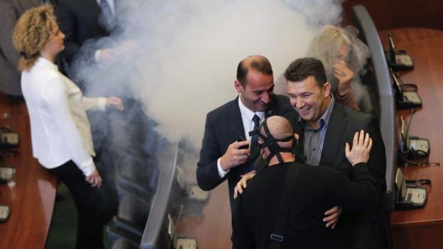 Tränengaspetarden im Parlamentssaal in Pristina am 19. Februar 2016.