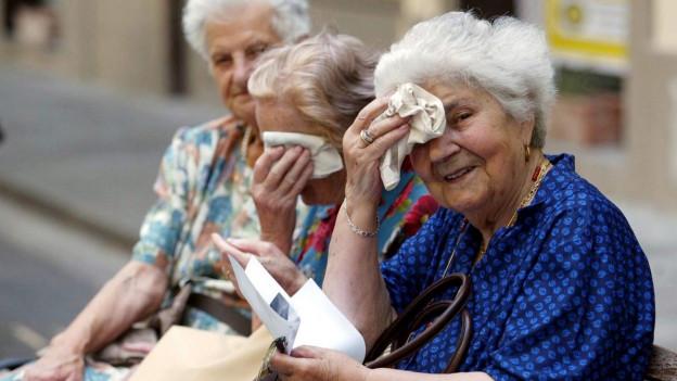 Drei ältere italienische Damen auf einer Bank.